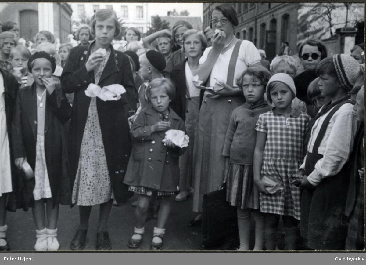 "Fra skolegården. Elever med matpakke i frikvarteret.Albumtittel: ""Sofienberg skole femti år - første september 1933."""