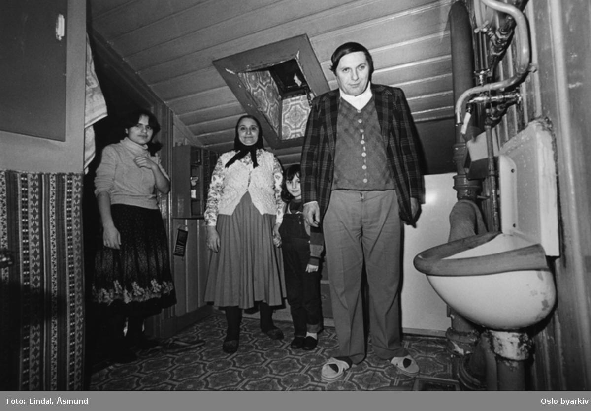 Innvandrernes boforhold. Bildet er publisert på s. 95 i boken Oslo-bilder. Fotografiet er fra prosjektet og boka ''Oslo-bilder. En fotografisk dokumentasjon av bo og leveforhold i 1981 - 82''. Kontakt Samfoto ved ev. bestilling av kopier.