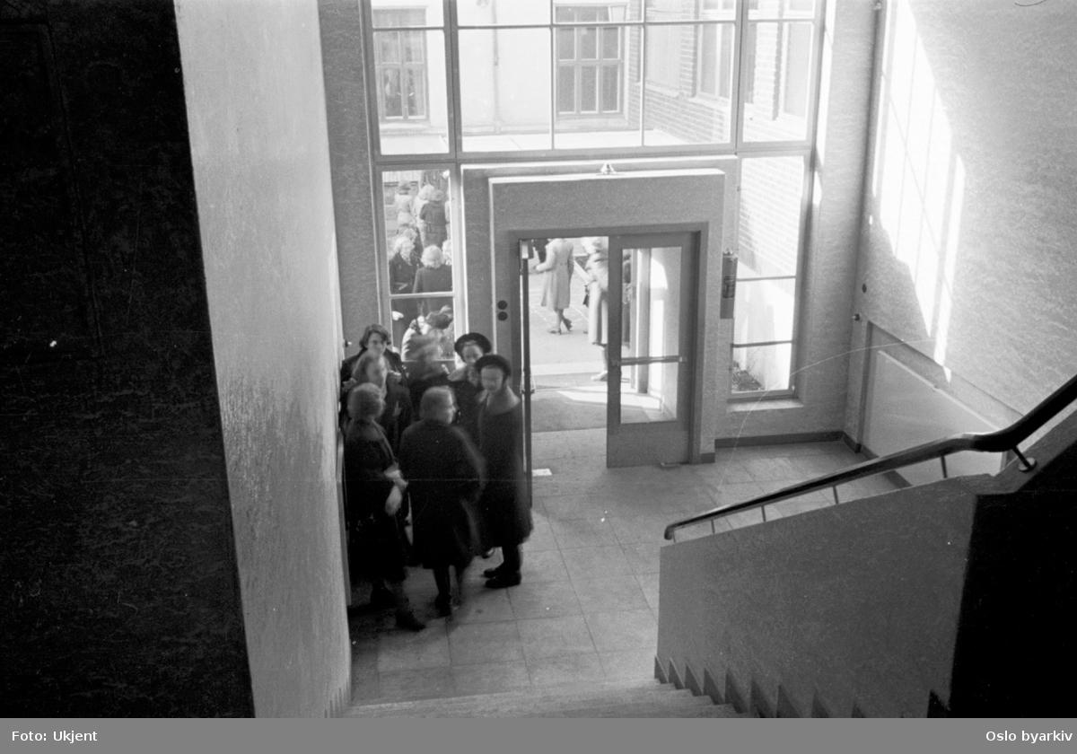 Oslo Framhaldsskole for jenter. Fortsettelsesskole for piker. Framhaldsskole for jenter. Inngangsparti med trappeoppgang. Skoleelever.