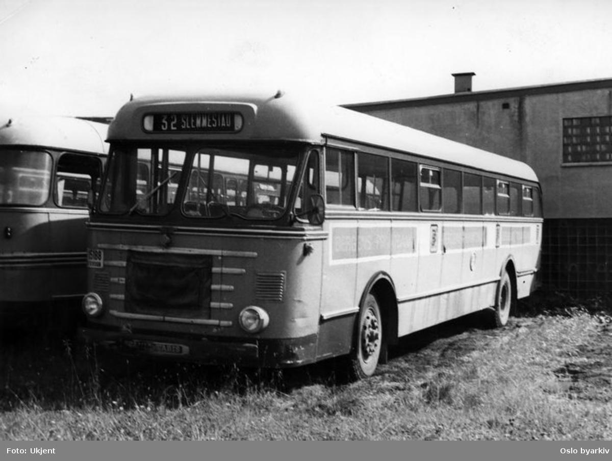 Buss på parkeringsplass, modell fra Scania-Vabis. Rutebuss for Slemmestad, linje 32.
