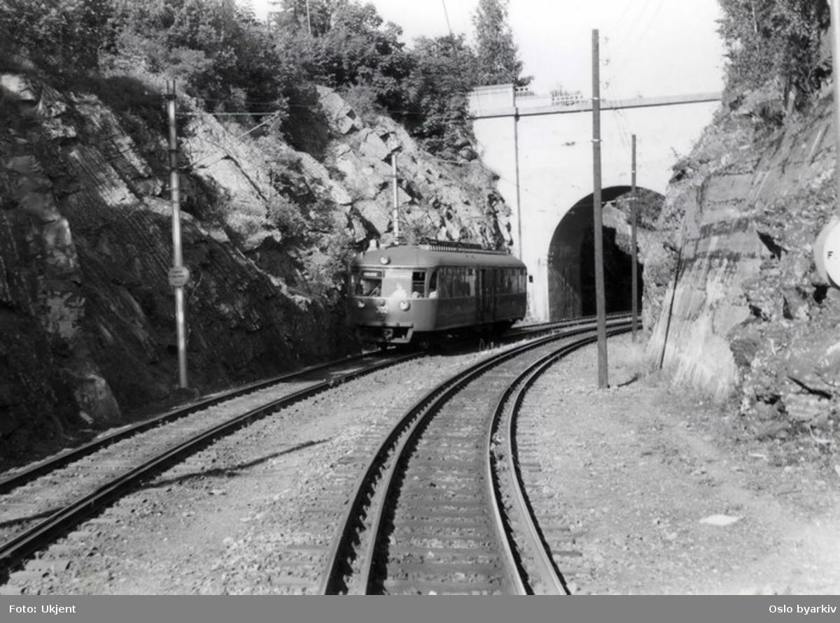 Kolsåsbanen på vei mot byen, broen er like etter Jar stasjon.