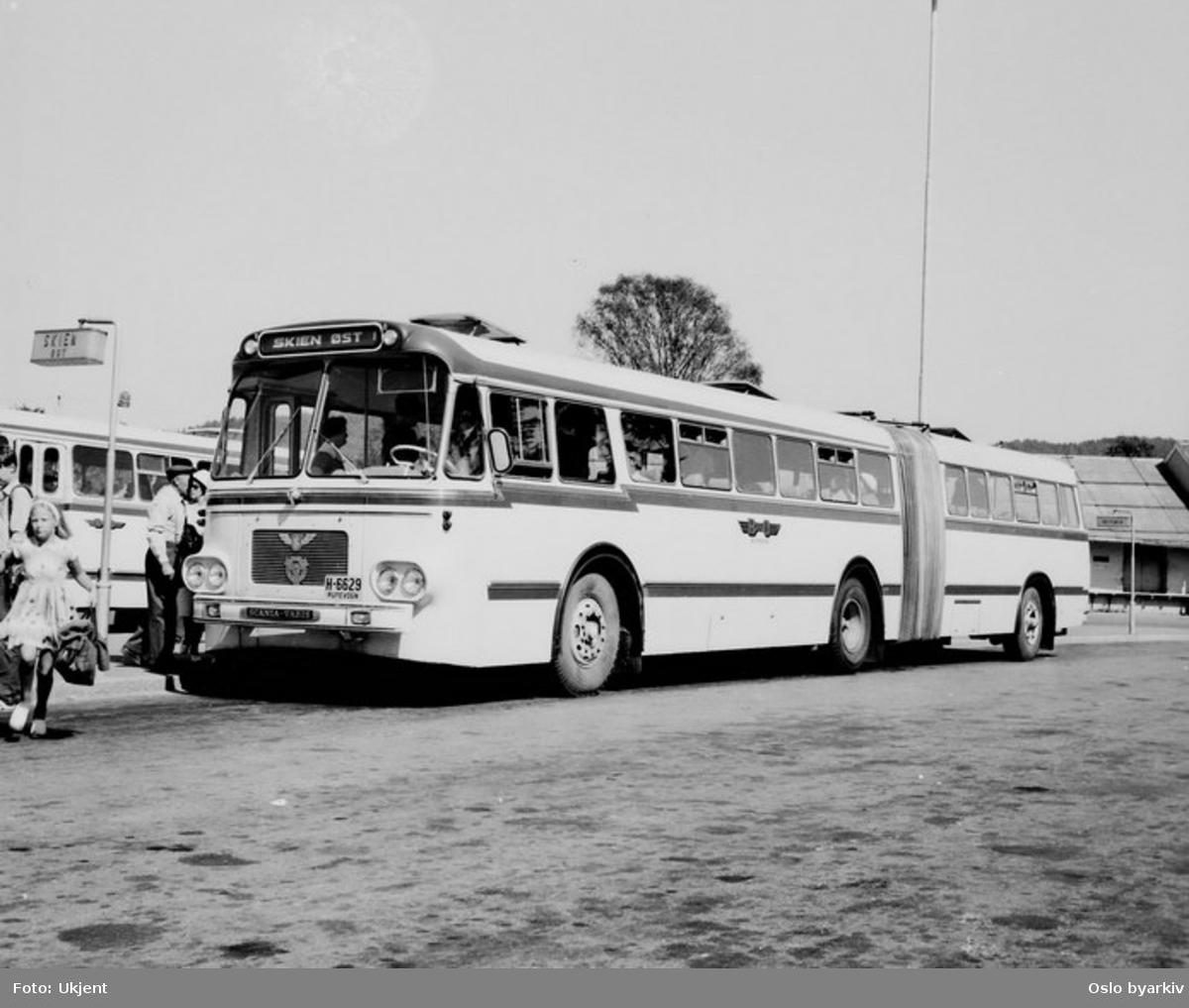 Bussrute til Skien øst, Scania Vabis, nr. A-6629, BO-bussene i Skien. Turistgrupper går ut av bussen bak.