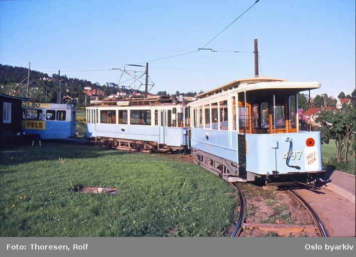 Oslo Sporveier. Trikk tilhenger type SS nr. 497 og motorvogn nr. 87 (begge fra 1913) i bruk til vognføreropplæring, her ved trikkesløyfa på Disen.
