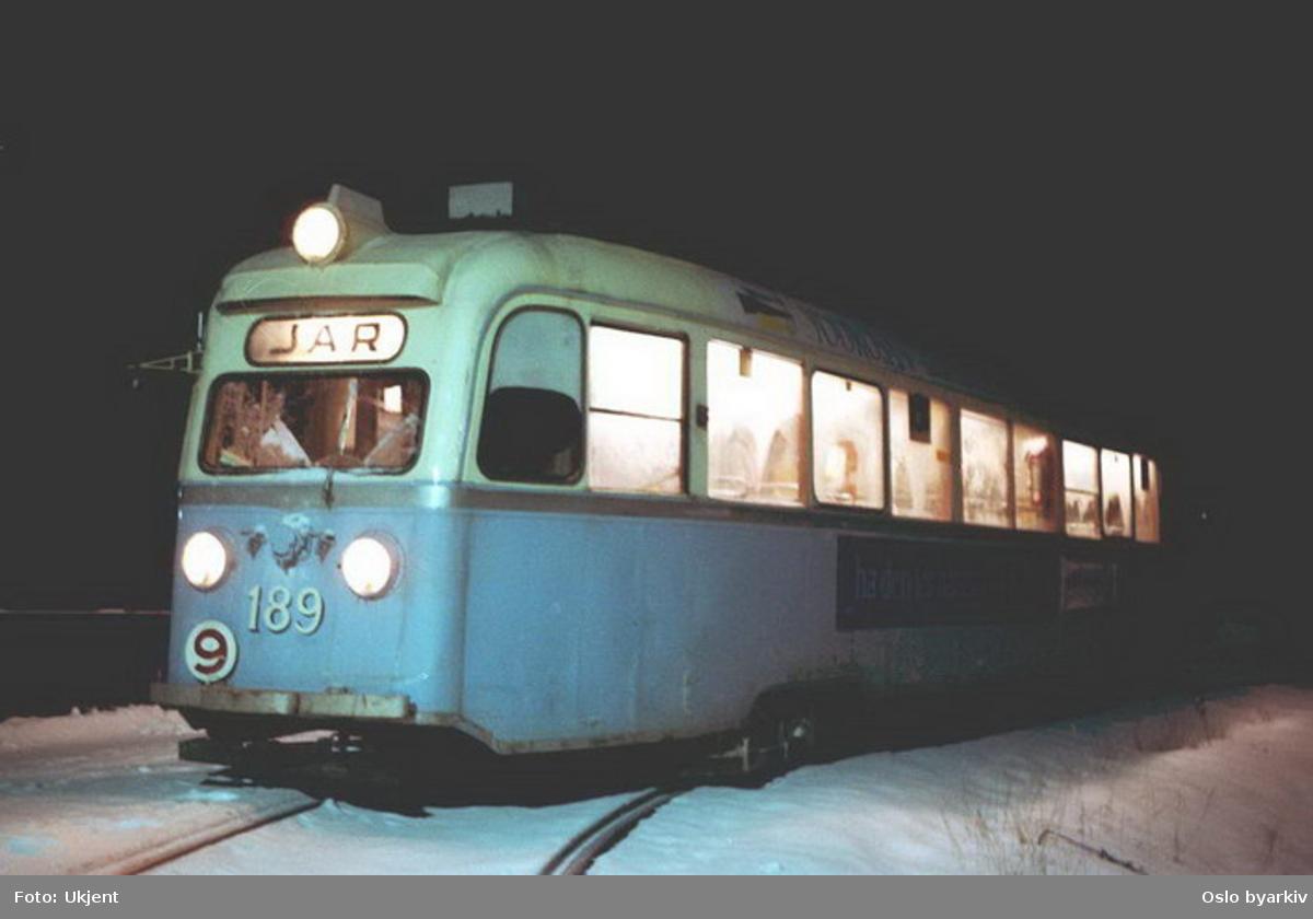 Oslo Sporveier. Forstadsbanetrikk. Trikk motorvogn 189 type Gullfisk B1 på linje 9, Ljabru-Jar, her ved Ljabru endeholdeplass i mørke og snø.