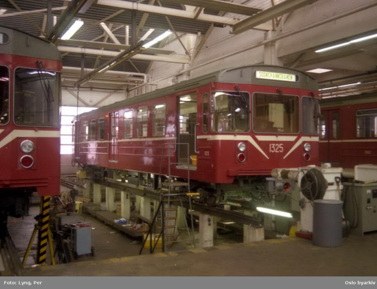Oslo Sporveier. T-banevogn 1325, serie T6, som nylevert (fra Strømmens Værksted) på verkstedet i Ryen vognhall.