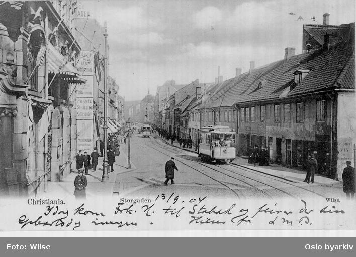 Storgata sett fra Kirkeristen med trikker og spaserende. Påskrevet hilsen datert 13. september 1904.