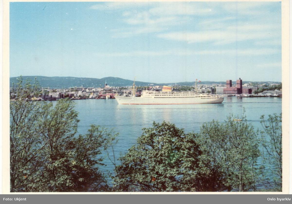 Amerikabåt, Amerikalinjens MS Bergensfjord (1956-1971) på utgående fra Vippetangen. Pipervika med Rådhuset i bakgrunnen. Postkort.