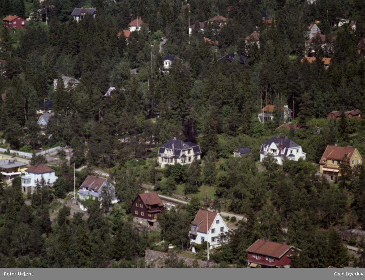 Bekkelagsterrassen i front, nr 15 B helt til venstre (flatt tak). (Flyfoto)