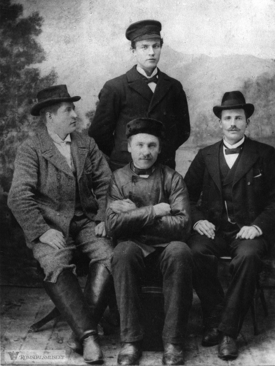 Bilde av 4 oppstilte menn, tatt hos fotograf.