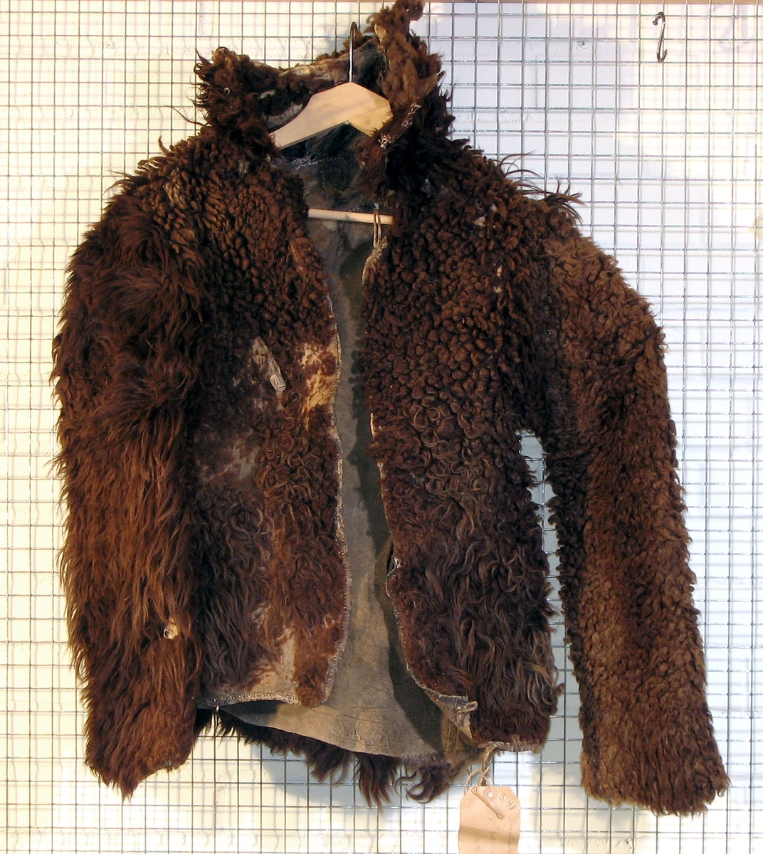 Pelsjakke.  Kjøpt på auksjon på Sætersmoen.  Krage av dyretshode.  Frysebehandlet 2007.