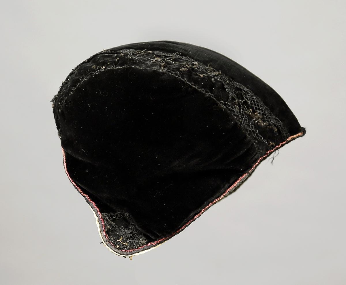 Trebladslue med pyntebånd over sømmene oppi som er dekorert med blonder. Et lite silkebånd utgjør en rød bord rundt åpningen