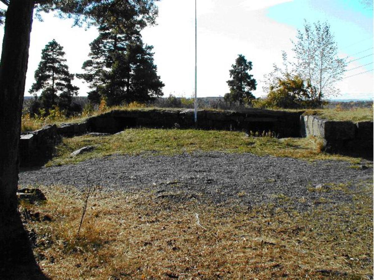 Skanse bygd av jord og stein. Det er tre kanonstillinger og 6 dekningsgroper. Restaurert i 1986