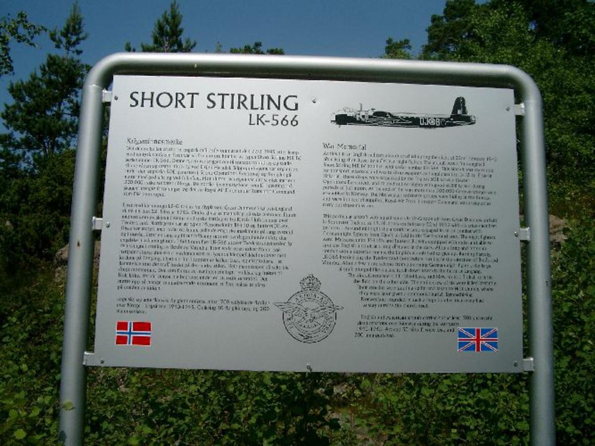 Minnesmerke murt opp av små naturstein med propellving på toppen og metallplate festet på en av sidene.