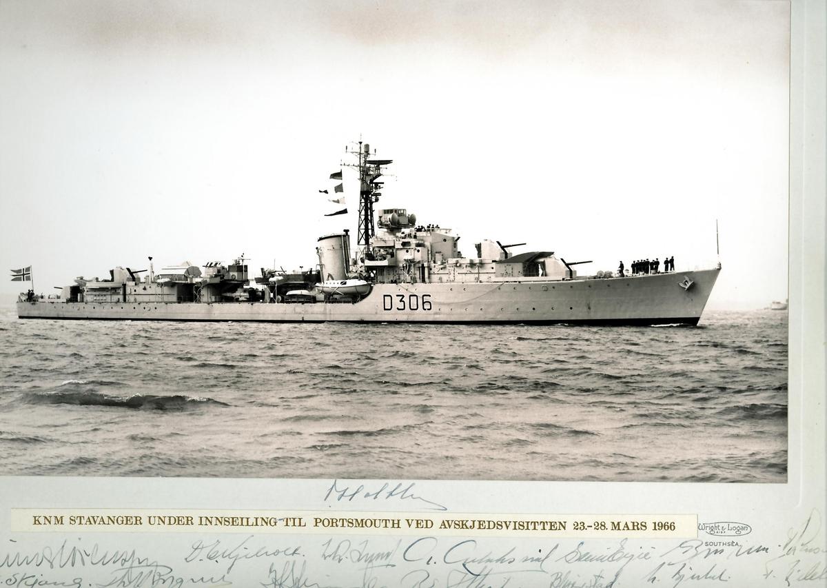 """Motiv: KNM """"Stavanger"""" under innseiling til Portsmouth ved avskjedsvissiten 23 -28mars 1966. Navntrekk til skipssjefene 1946-1966Jager av Cresent-klasse, innkjøpt fra Storbritania i 1946. Fikk norsk kommando heist i Chatham 10. oktober samme år. Etter utprøving ankom jageren Horten 21.desember 1946. Ble adoptert av Stavanger by 16.mai 1947. Var i 1948 utsatt for et alvorlig uhell da dokkputene sviktet under doksetting i Stavanger og bunnen ble slått mot bunnen av dokken og påført store skader.  Stavanger gjorde tjeneste frem til 1966 da det ble utrangert. Ble benyttet som målfartøy før den i 1972 ble solgt og slept til Belgia for hugging."""
