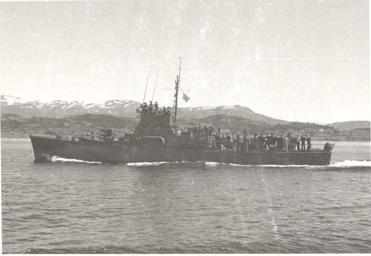 Motiv: Ubåtjageren Hitra -Babord bredside- Ukjent sted på Vestlandet
