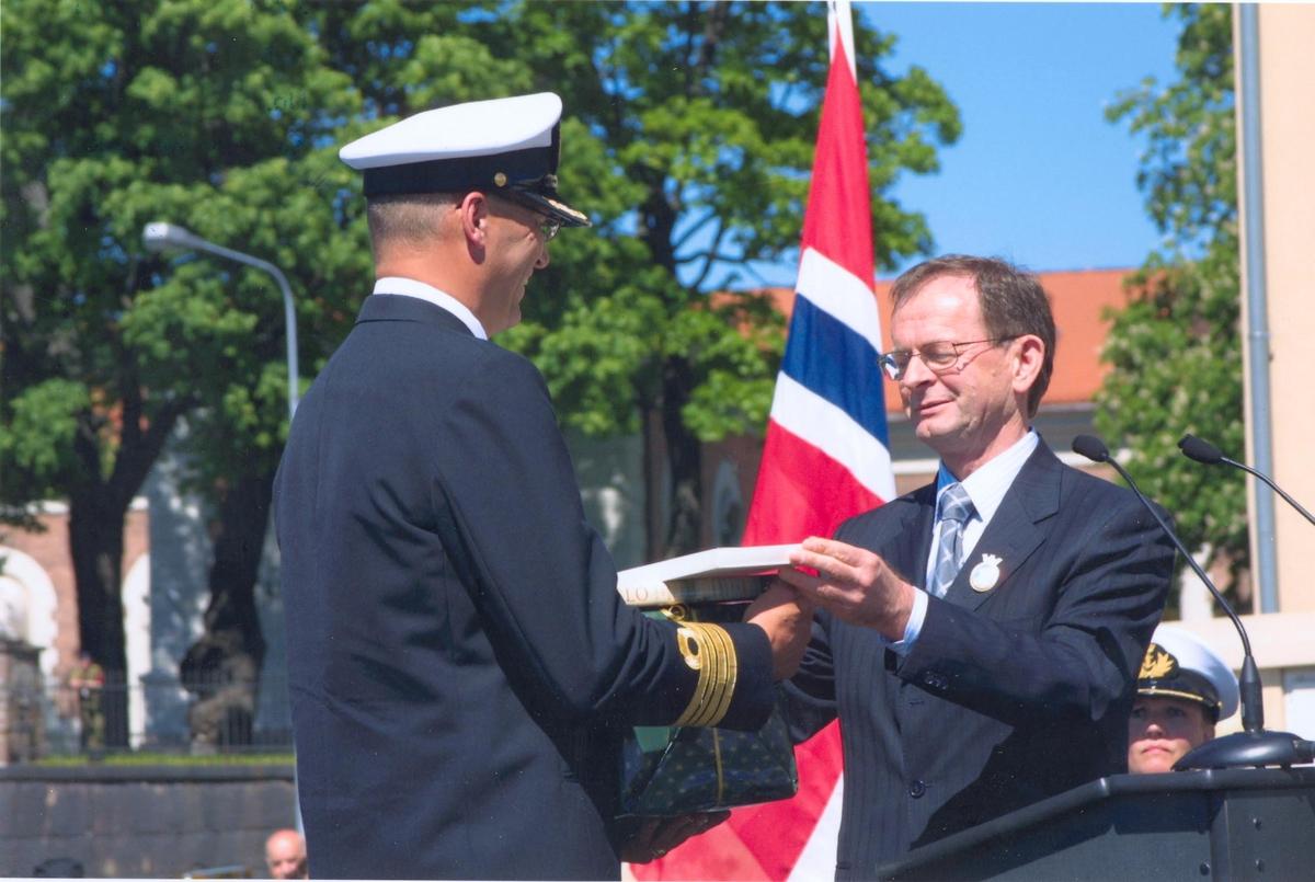 Enkeltbilde. KNM Fritjof Nansens hjemkomst. Byråd fra Oslo kom. overekker adopsjonsgave til skipssjefen.