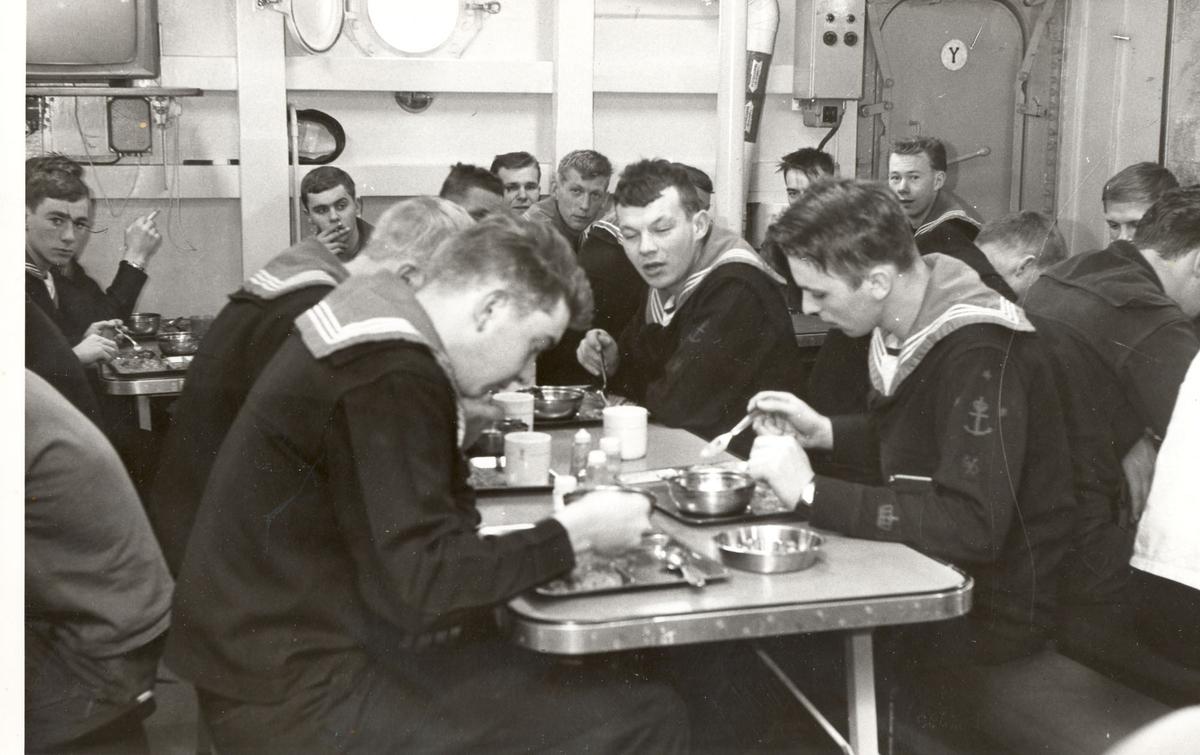 "Tjueen foto fra fregatten KNM ""Oslo"" under tjeneste vinteren 1967 i Nord-Norge. Livet om bord, det er skaffing i mannskapsmessa"