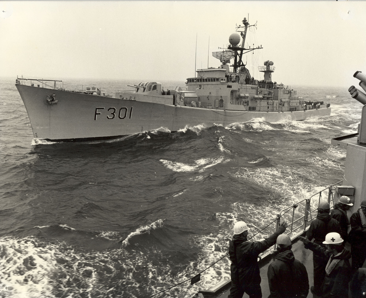 "Fregatten KNM ""Bergen"" -  klargjøring for bunkring i sjøen. St.bord bredside. 1981"