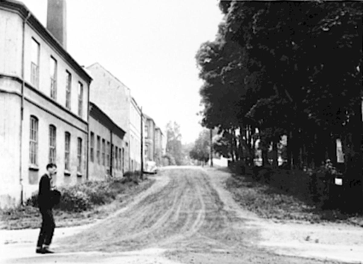FALSENSGT. , STANGEVEGEN 34, MANN, VØLUND, NORRØNA SKOFABRIKKFremst til v. Vølund fabrikk og bak til v. over Østregt. Norrøna Skofabrikk