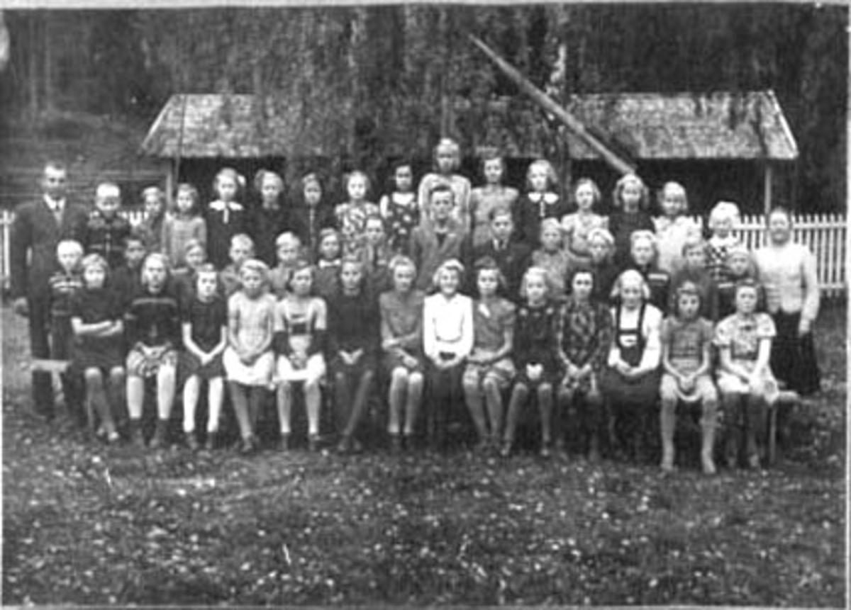 GRUPPE: 45 ELEVER LÆRERE, SKOLEKLASSER, FOSS SKOLE, VALLSET, LÆRER ASLUG HEKNEBY TIL HØYRE. , TIL VENSTRE: LÆRER FODNES