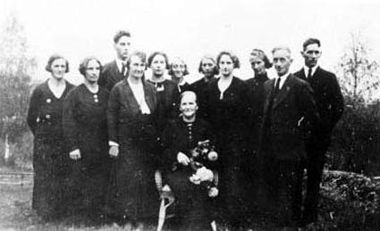 BEGRAVELSEN ETTER ANTON HANSEN GUNHILDBERGET, BERTHE OLSDATTER FØDT: 1876- DØD: 1969 MED DE 11 BARNA, VALLSET