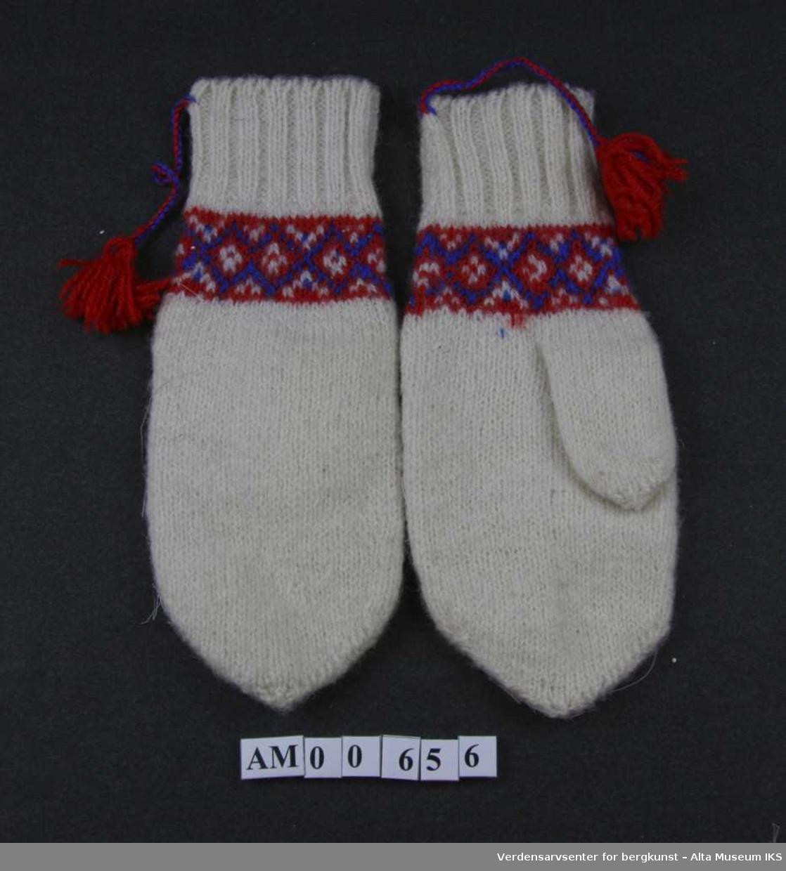 Form: Hvite votter med bård mellom håndledd og tommel.
