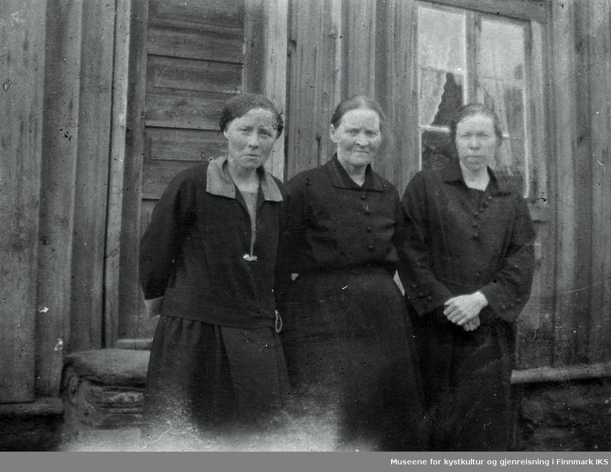 Fra venstre: Jenny Therese, Ellen og Rikarda Sigfrida Jakobsen. Ellen var mor til Jenny og Rikarda. Fotografert utfor gammelhuset på Kjølnes. Dette huset ble senere flyttet til Veines. Foto ca 1923