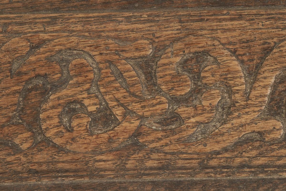 Mangletreets håndtak er utformet som et dyr en drage / bøyle form. Håndtakssidens overside er dekorert med en utskåret rankedekor i relieff.