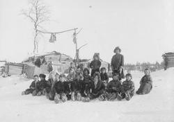 Skoltebarn i øvre skolteby 1898.