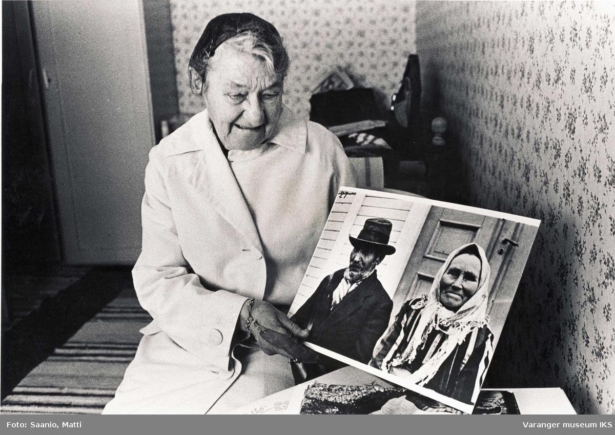 Eldre kvinne med foto av eldre ektepar. Fra Tuomainengården 1977
