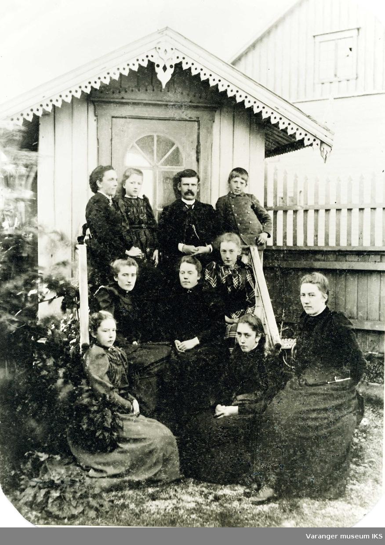 Andrea Esbensen med sine 9 barn ved lysthuset til Esbensengården i sentrum. ca 1870-1880