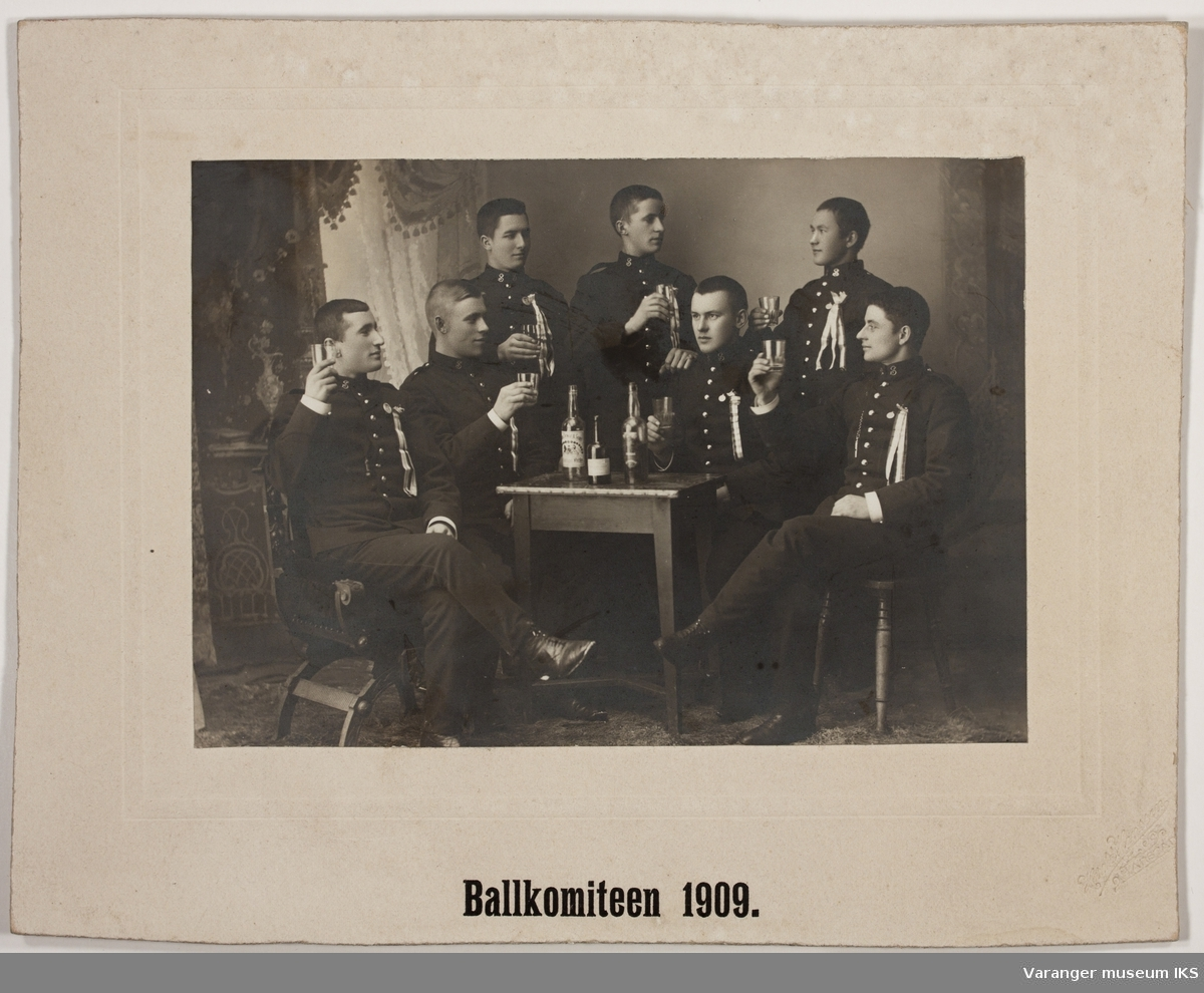 Menn i uniform - Ballkomiteen, 1909.