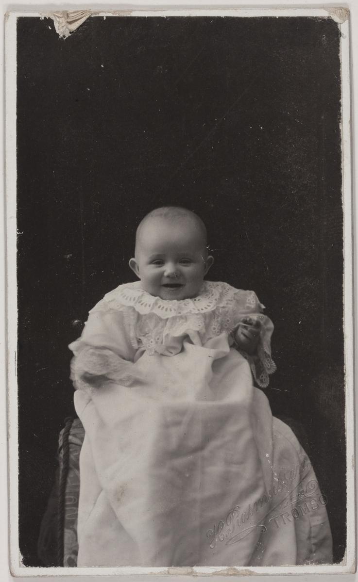 Visittkortfotografi. Ukjent barn i dåpskjole.