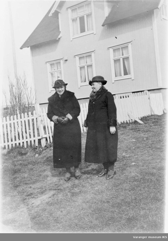 Mildrid Karlsen og moren foran huset på Prestelva.