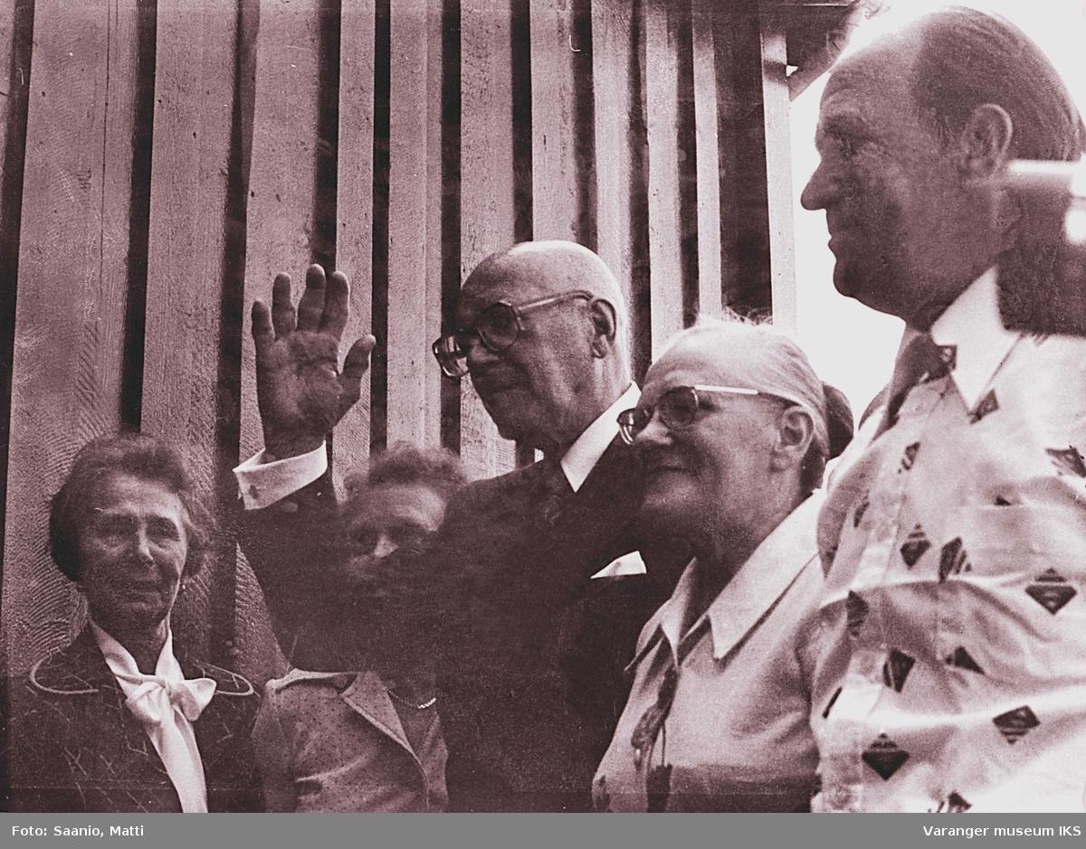 Ida og Alf Tuomainen med president Kekkonen og 2 damer utenfor Tuomainengården i 1977. Damen lengt til venstre antatt Celine Espejord.