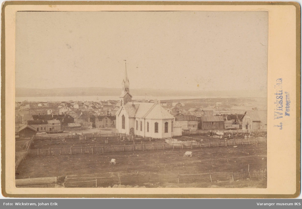 Vardø, kirken og byen sett fra Klondyke
