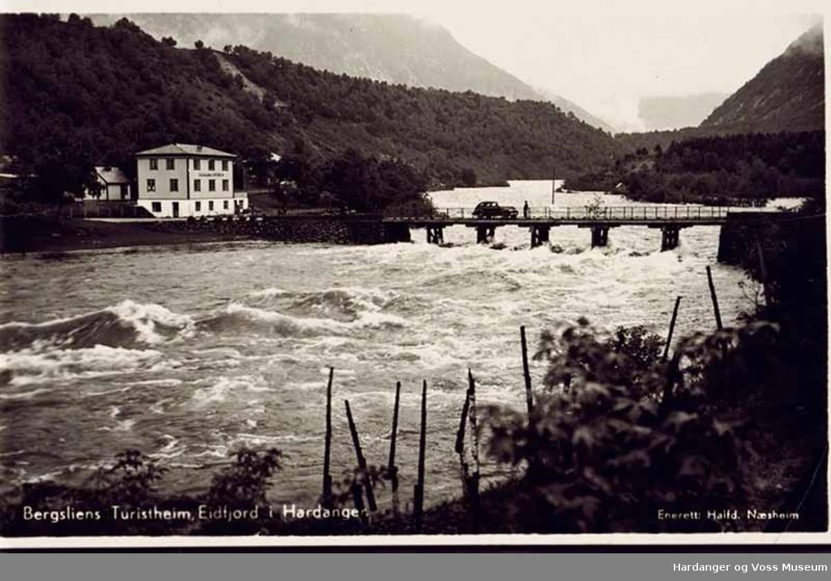 Postkort, hus, overnatting, bru, elv, bil, fjell. Elva Eio og Bergslien Turistheim.