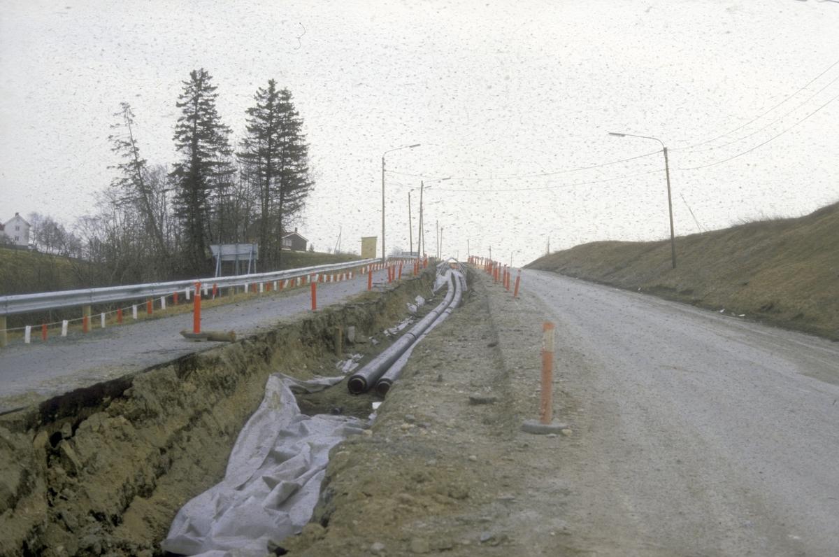 Bygging av ny E-6 mellom Sluppen og Tonstad. Gang- og sykkelvei gamle E-6, nå fylkesvei 902, Okstadbakkan.