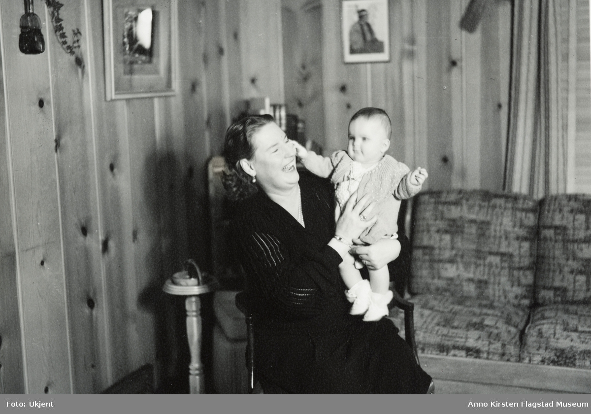Kirsten Flagstad og hennes dattersønn Sigurd Hall Dusenberry i Bozeman, Montana mars 1947. Kirsten Flagstads første besøk etter annen verdenskrig (1940-45). Kirsten Flagstad and her grandchild Sigurd Hall Dusenberry in Bozeman, Montana March 1947. Kirsten Flagstad's first vist after The Second World War (1940-45).