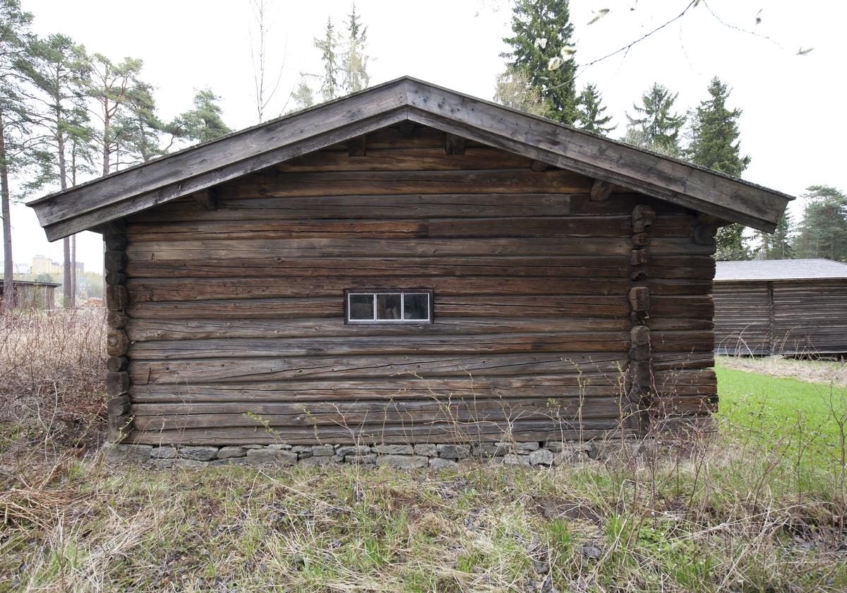 Størhuset er av laftet tømmer med saltak tekket med flis. Det står på en syllmur.  Bergauststørhuset består av to rom, selve størhuset og melkebu. Inngangsdøra er på langveggen mot syd. Her er tverrveggene og taket trukket framover slik at det blir en skut. Huset har tre små vinduer i størhus-delen.