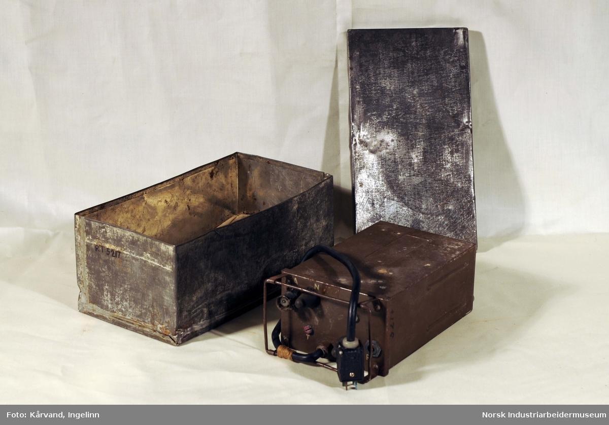 Form: Liten firkantet boks med to brytere og to koplinger. En liten ledning og to justerbare skruer.