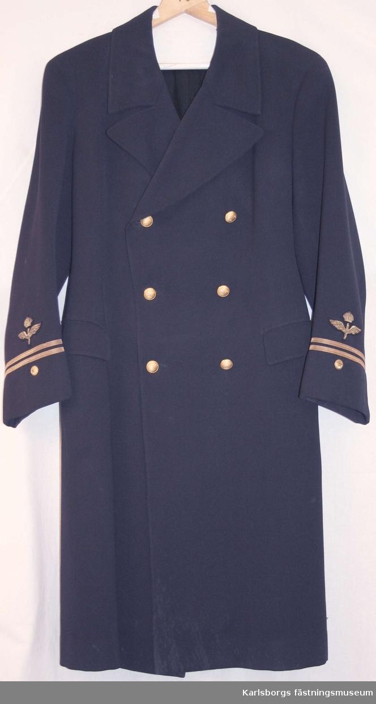 Kappa m/1930 av mörkblåt tyg, helfodrad, försedd med krage och slag, slits i ryggen. 2 innerfickor samt insydda sidfickor med ficklock. Två rader om vardera tre 22 mm uniformsknappar. Två ryggslejfar knäppta med två knappar. Har tillhört Anders Dahlgren.