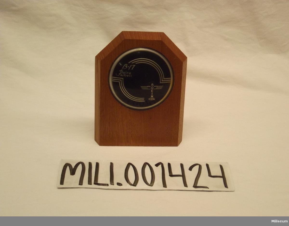 """Rattmärke, från """"905:an"""". Monterad på en trä plakett"""