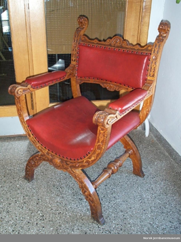 Utskåren armstol med skinntrekk i rygg og sete