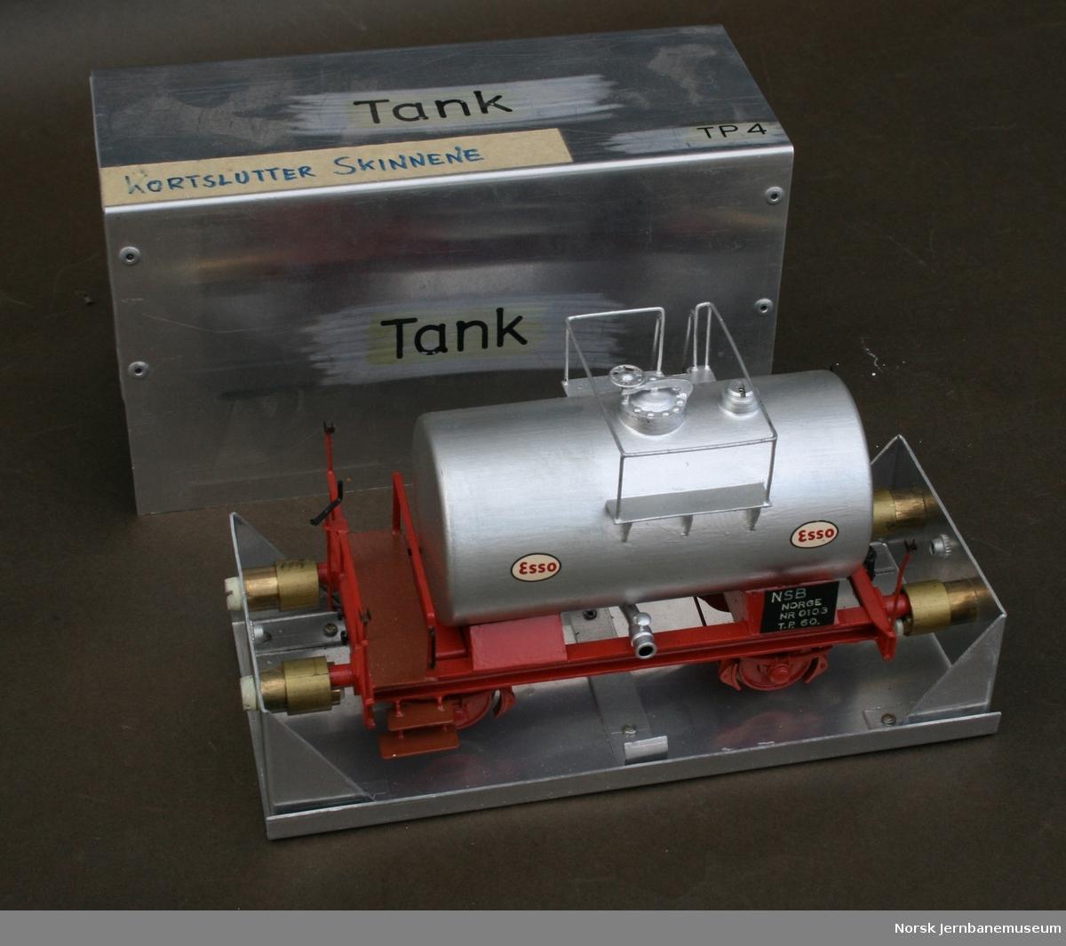 """Modellbyggers egen beskrivelse: Tankvogn """"skandinavisk type"""". Sporvidde 32 mm, skala 0. Modellstørrelse 1:48. Isolerte hjul for 2-skinnedrift, automatkobbel av egen konstruksjon. I egenprodusert metallboks."""
