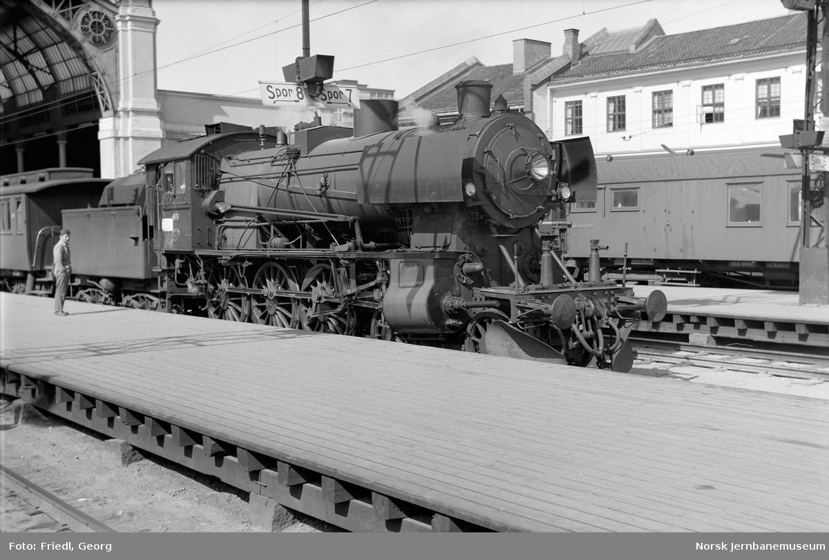 Damplokomotiv type 30c nr. 469 foran lokaltog til Hakadal på Oslo Ø