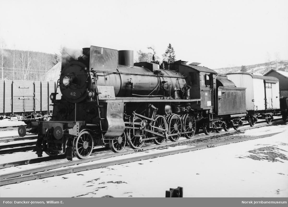 Damplokomotiv type 26c nr. 412 foran godstog på  Koppang stasjon
