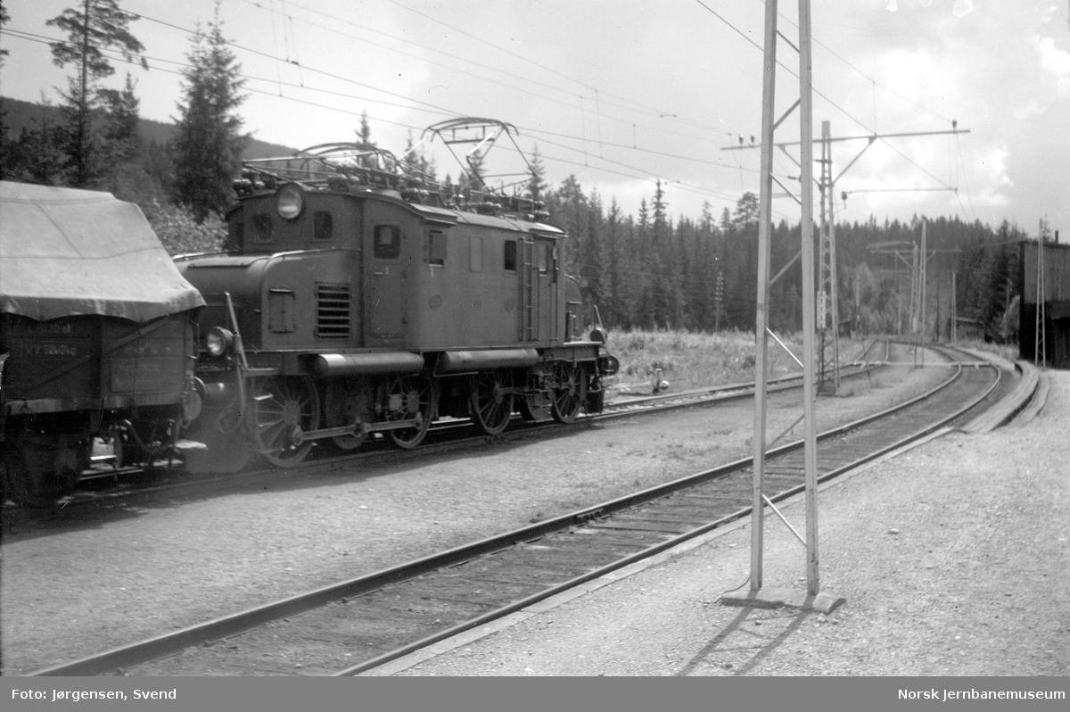 Elektrisk lokomotiv El 1 fremfor godstog på Tinnoset stasjon