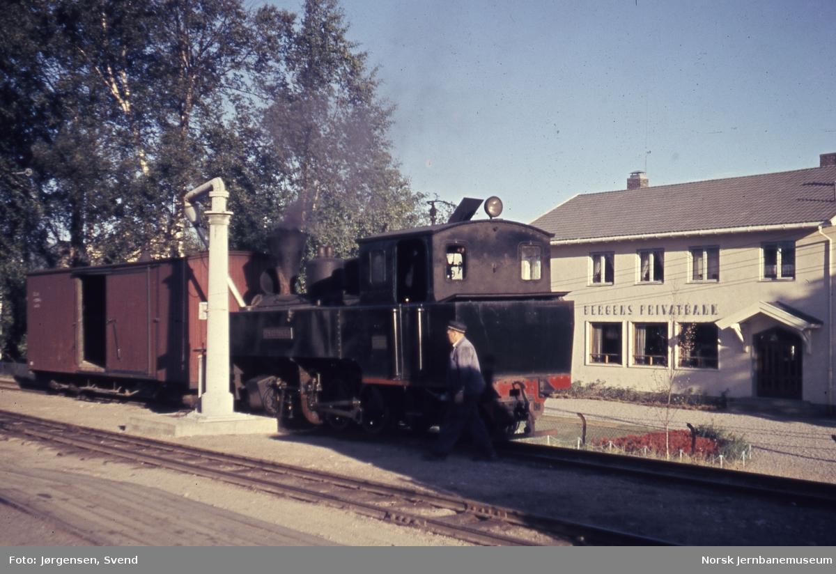 """Damplokomotiv nr. 4 """"Setskogen"""" ved vannstenderen på Sørumsand stasjon"""