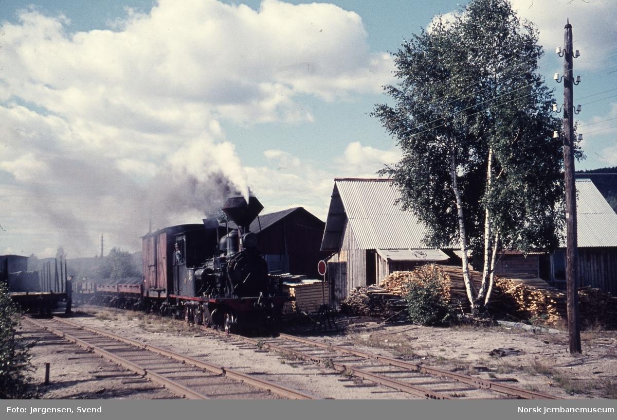 Skifting på nikkelverkets spor på Evje med damplokomotiv nr. 2